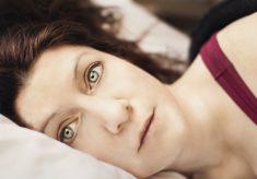 spanie z otwartymi oczami
