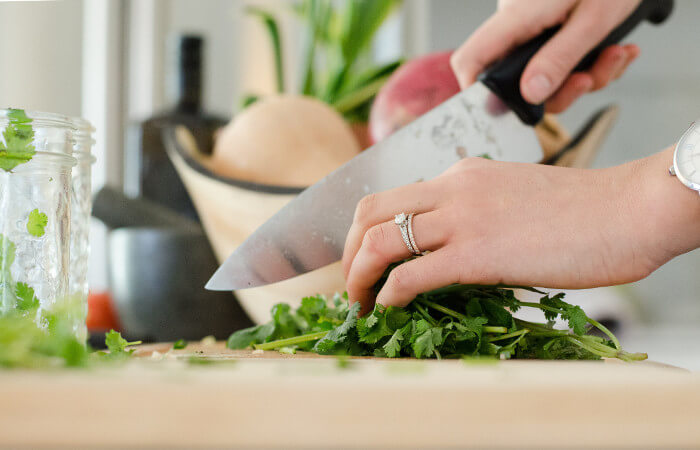 Dlaczego należy zdejmować biżuterię podczas przygotowywania posiłków?