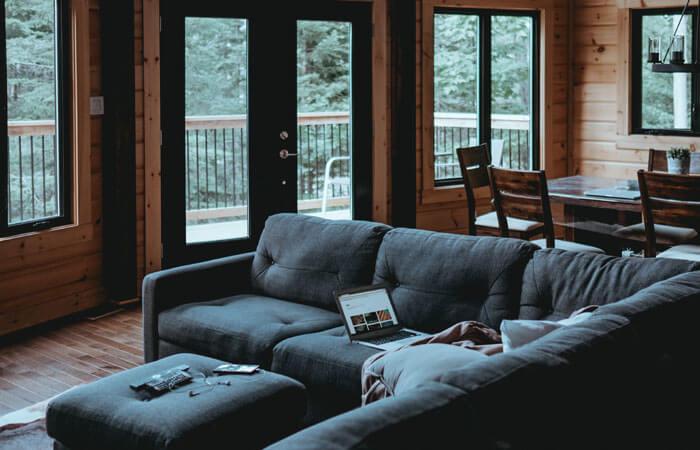 Domowa izolacja w czasie koronawirusa. Jak Polacy czują się w swoich domach?